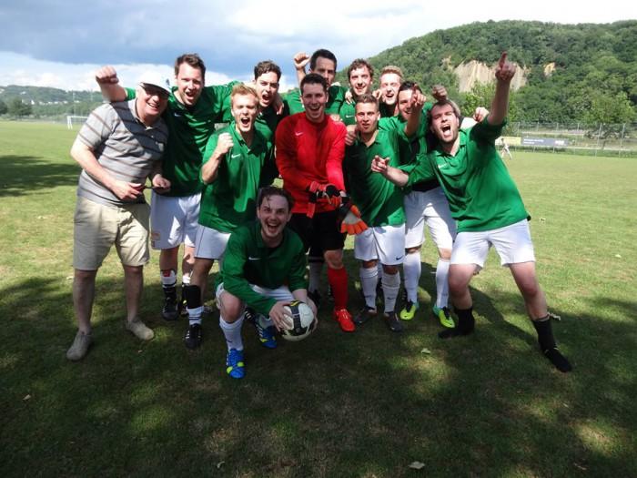 Die Fußballmannschaft vom Irish Pub Koblenz kräftig am Feiern